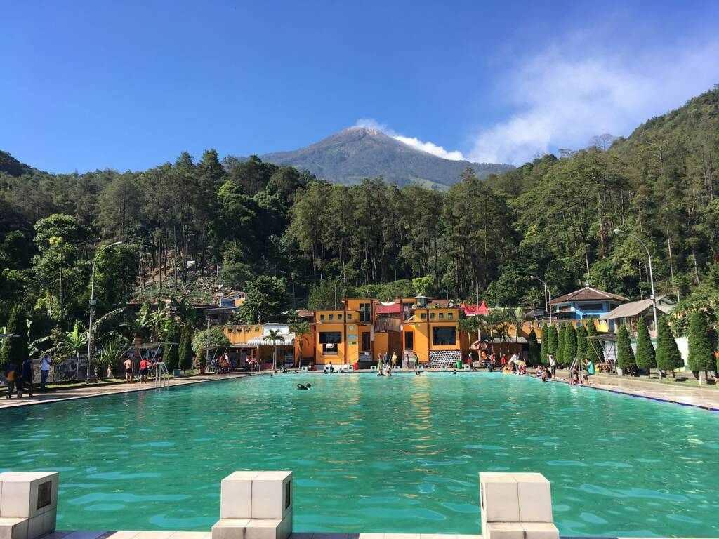 area kolam renang berlatar pegunungan