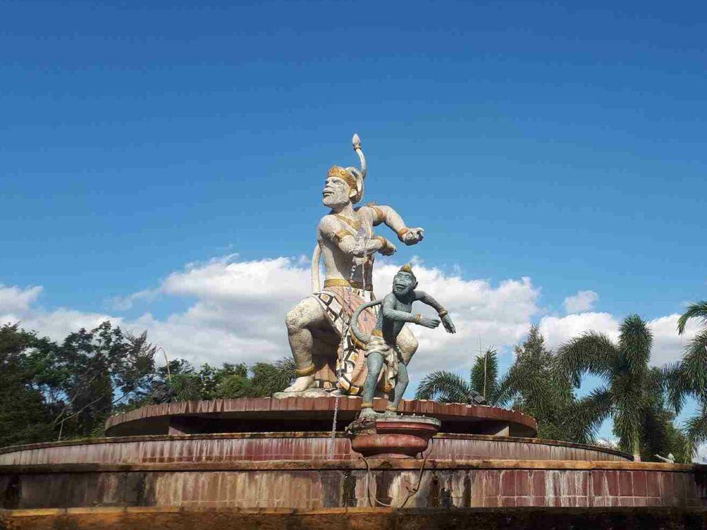 Patung Hanoman di Tengah Kolam