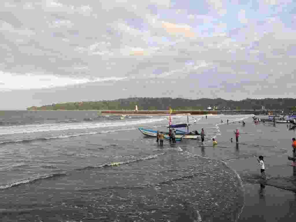 Ramainya Pengunjung di Tepi Pantai