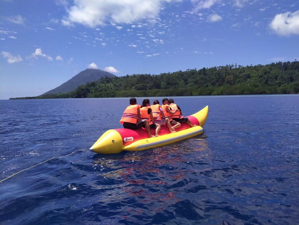 wahana banana boat di taman nasional bunaken