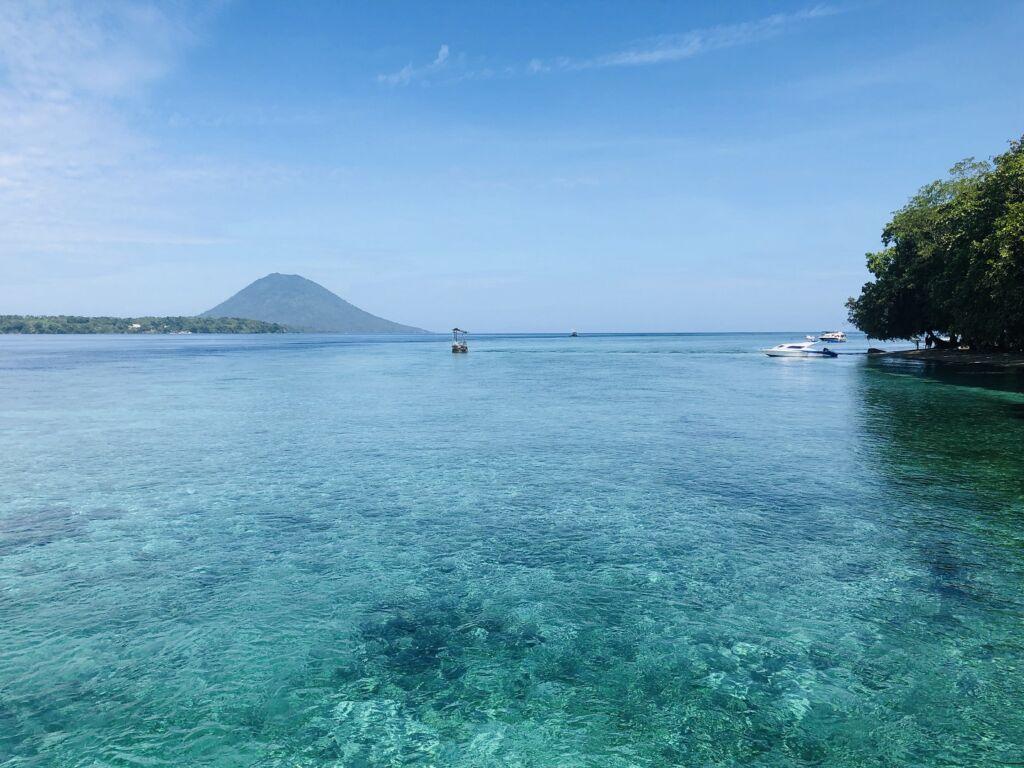 berenang di kejernihan air laut taman nasional bunaken