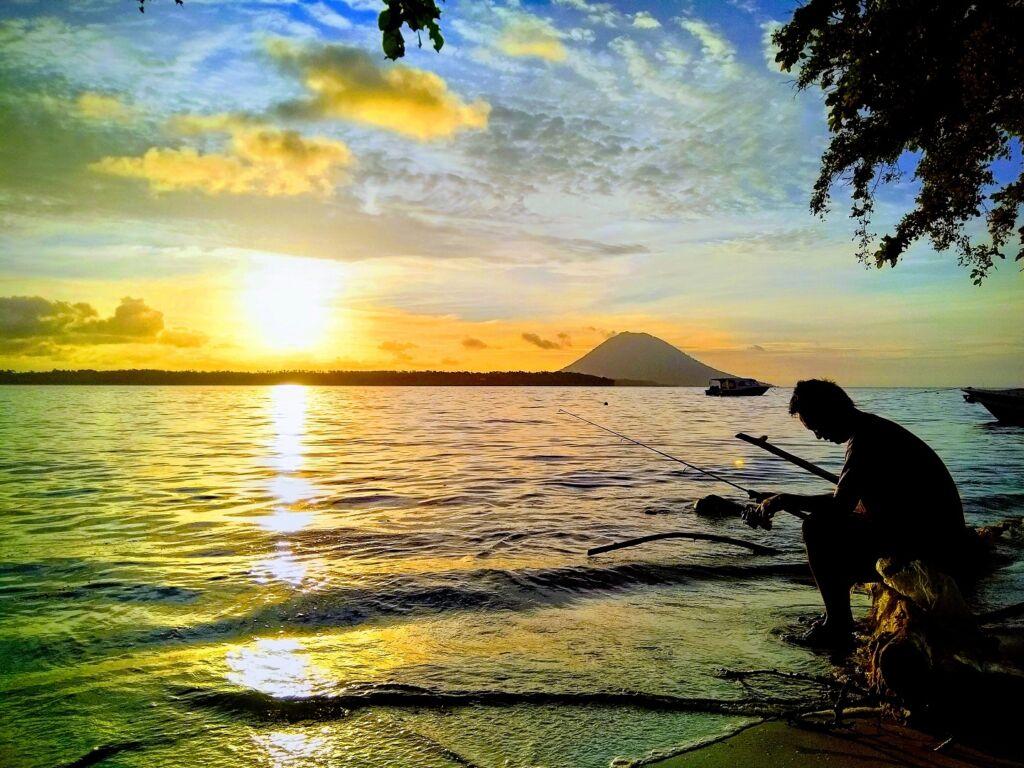 memancing di sekitar pulau-pulau bunaken