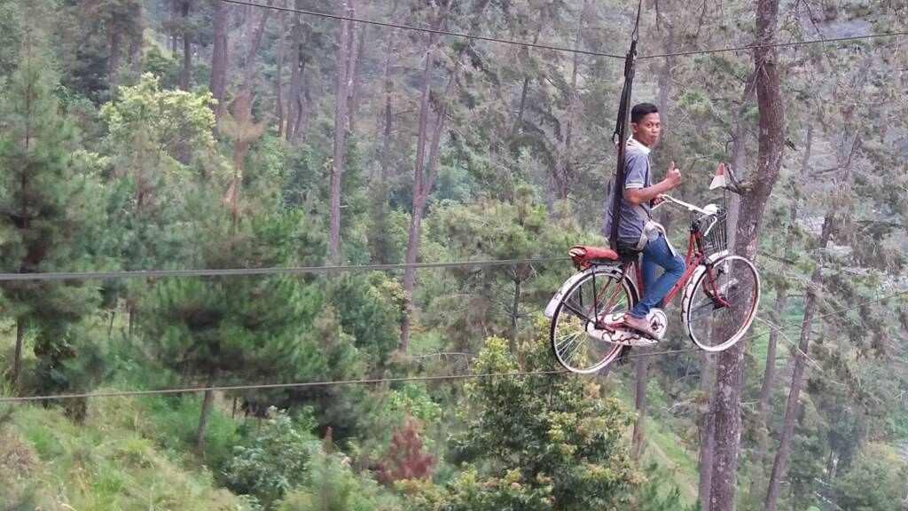 Wahana Sepeda Gantung Tenggir Park