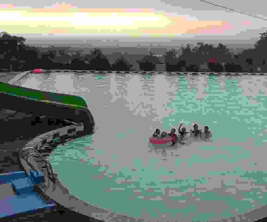 kolam renang infinity berlatar pemandangan alam