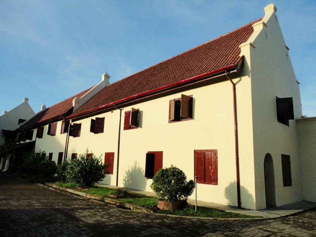 arsitektur bangunan benteng roterdam bergaya kolonial