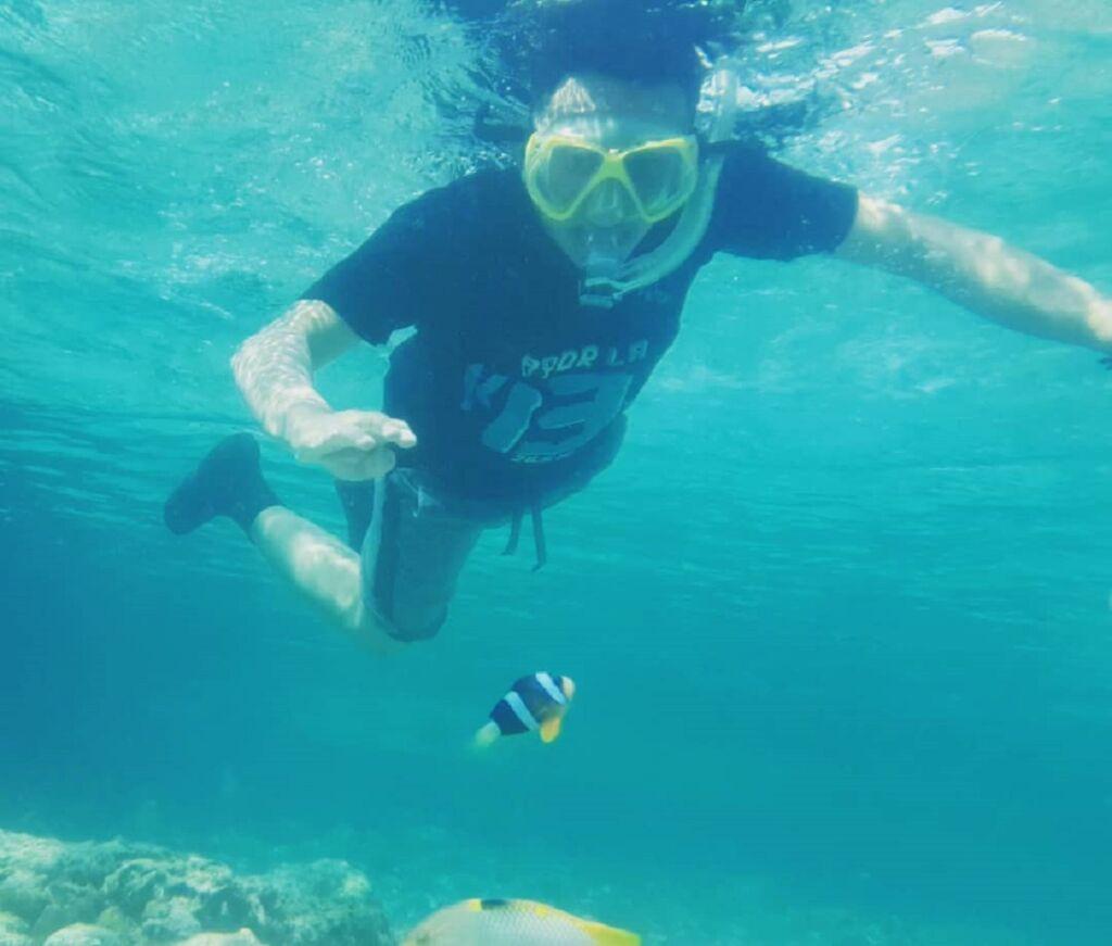 wisatawan snorkeling di taman nasional wakatobi