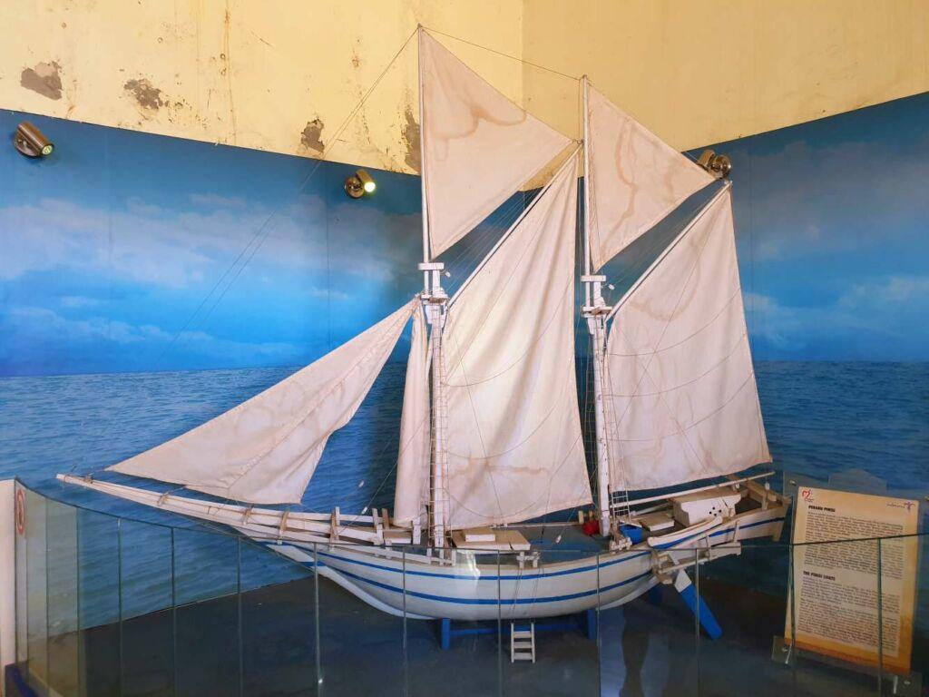 miniatur kapal pinisi koleksi museum galigo