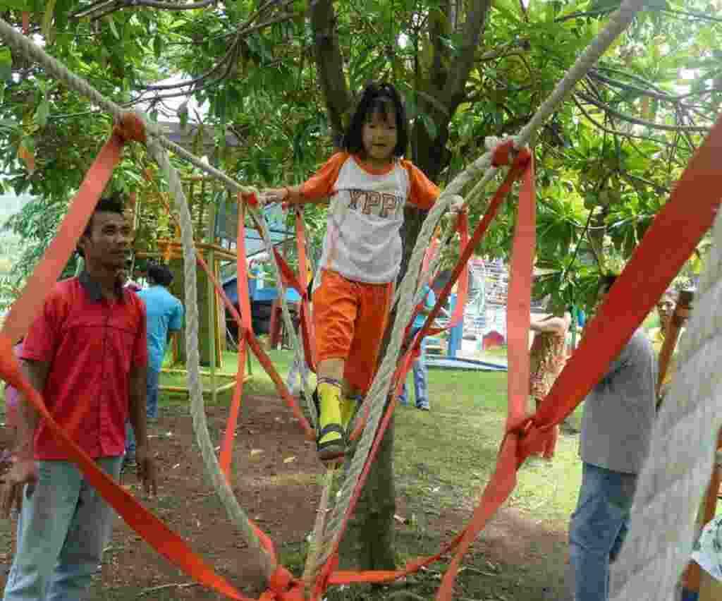 wahana jembatan tali untuk anak-anak di joglo park