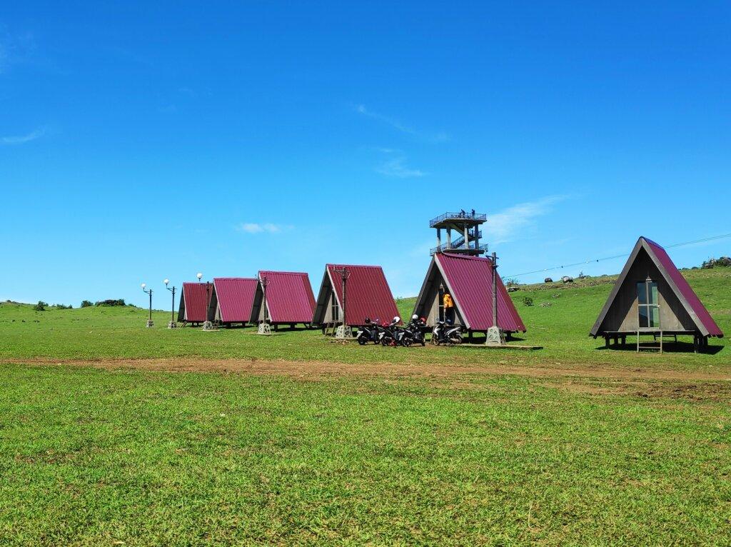padang rumput hijau dengan rumah segita unik lappa laona
