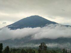 Awan Tipis Menutupi Gunung