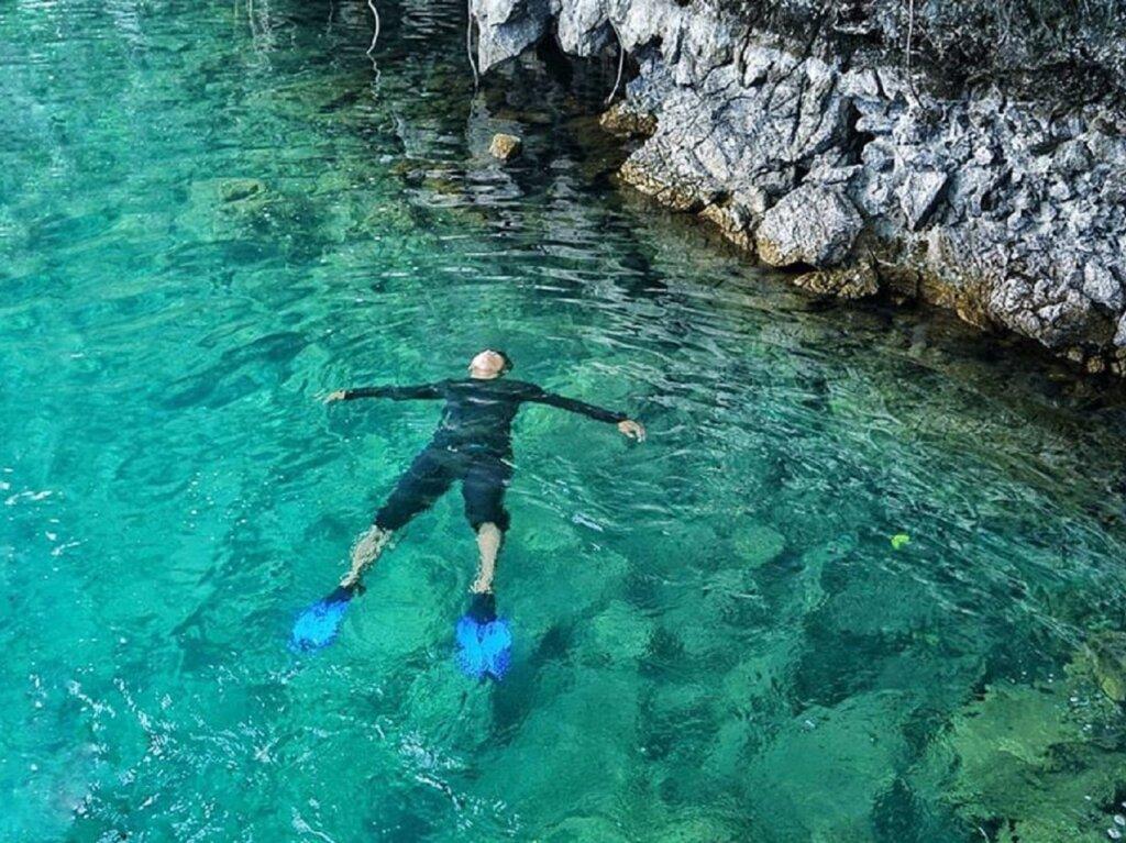 berenang di jernihnya air danau