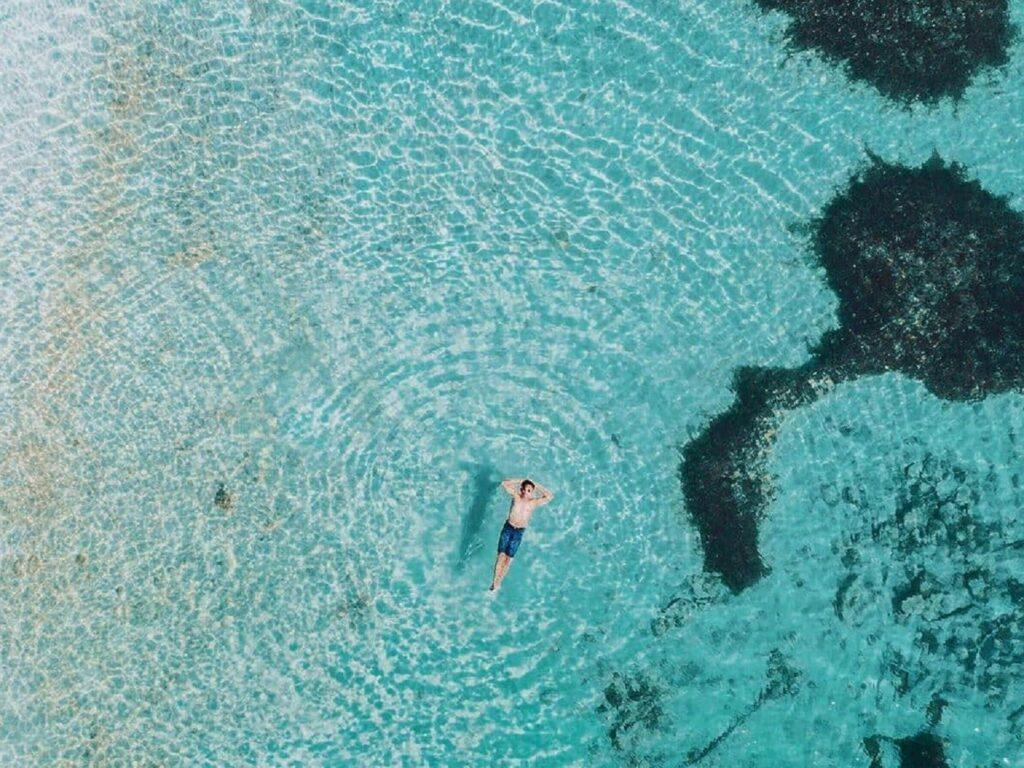 Berenang di jernihnya iar laut perairan Pulau Selayar