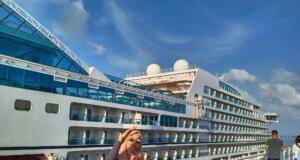 Berfoto dengan Latar Belakang Kapal Pesiar Mewah