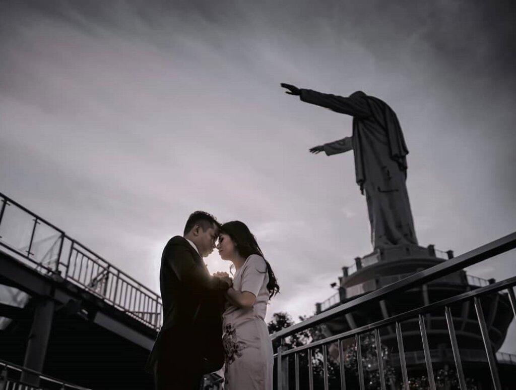 Berfoto prewedding di Wisata Patung Yesus Toraja Tana Toraja Sulawesi Selatan - merchyrya