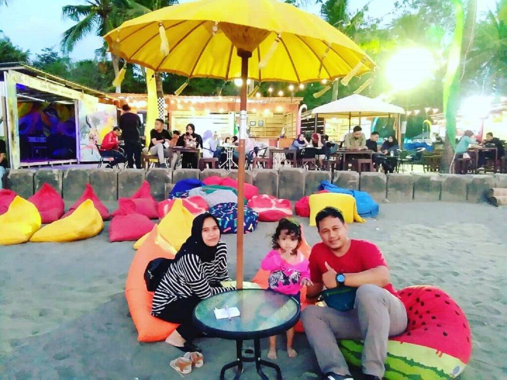 Bersantai bersama keluarga area pantai