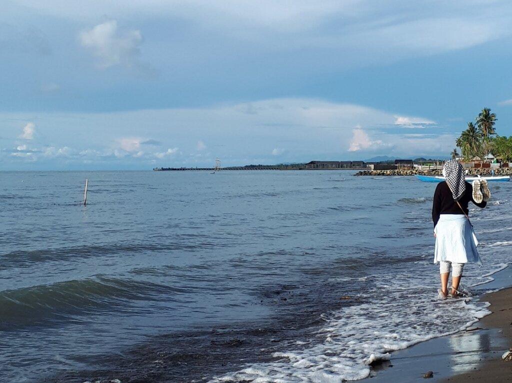 Bertelanjang kaki menyusuri kawasan berpasir lembut Pantai
