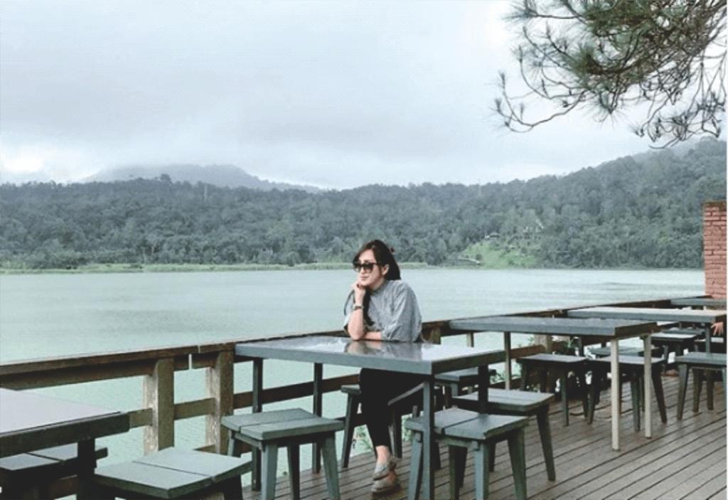 Wisatawan yang bersantai di cafe tepi Danau