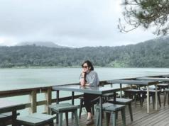 Wisatawan yang bersantai di cafe tepi Danau Linow
