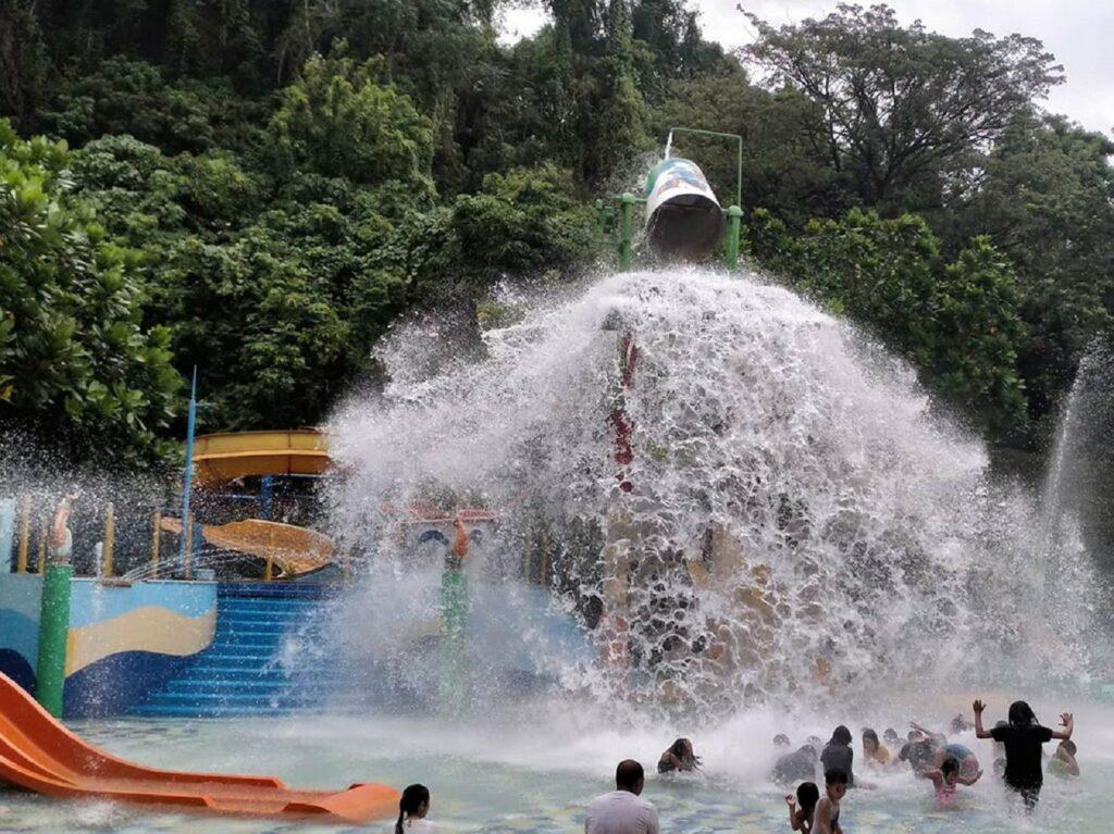 Ember raksasa yang menumpahkan curahan airnya kolam main