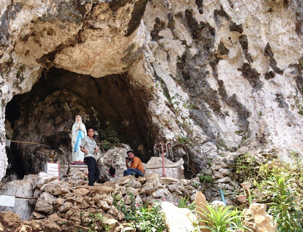 Goa Maria yang berada tak jauh dari lokasi wisata patung yesus memberkati