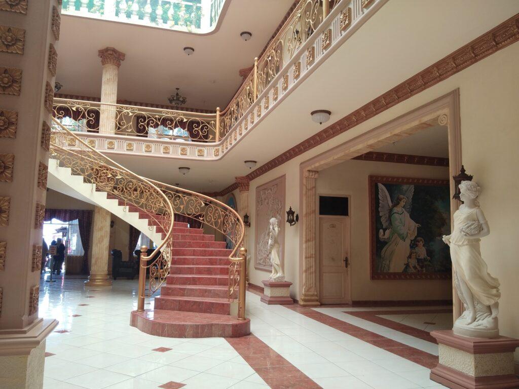 Bagian dalam hotel tiga lantai di sisi kolam renang Pantai Galesong- evhy kamaluddin