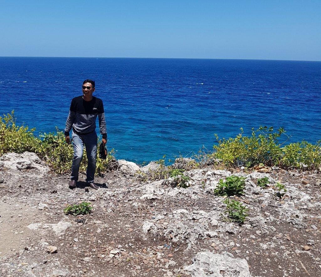 area daratan pulau yang berbentuk tebing