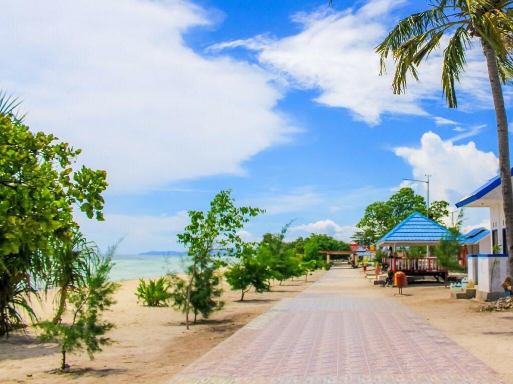 Kawasan Pantai Mutiara Buton Sulawesi Tenggara telah tertata rapi dengan berbagai fasilitas wisata - xaverius endro
