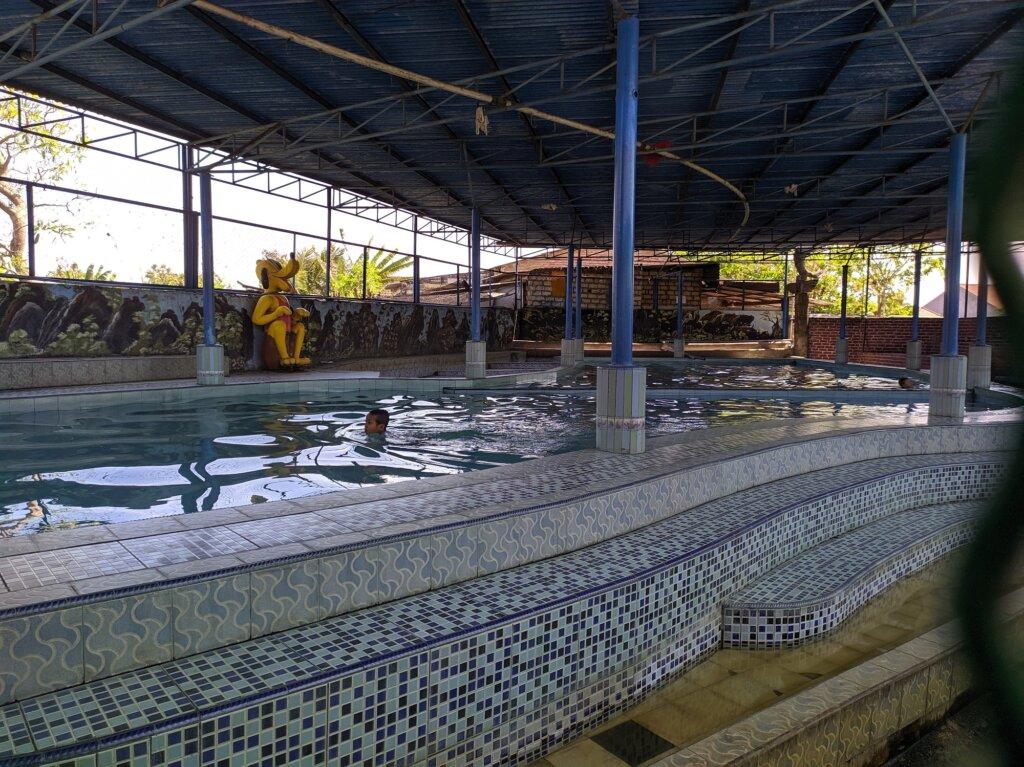 kolam renang indoor di dalam area taman