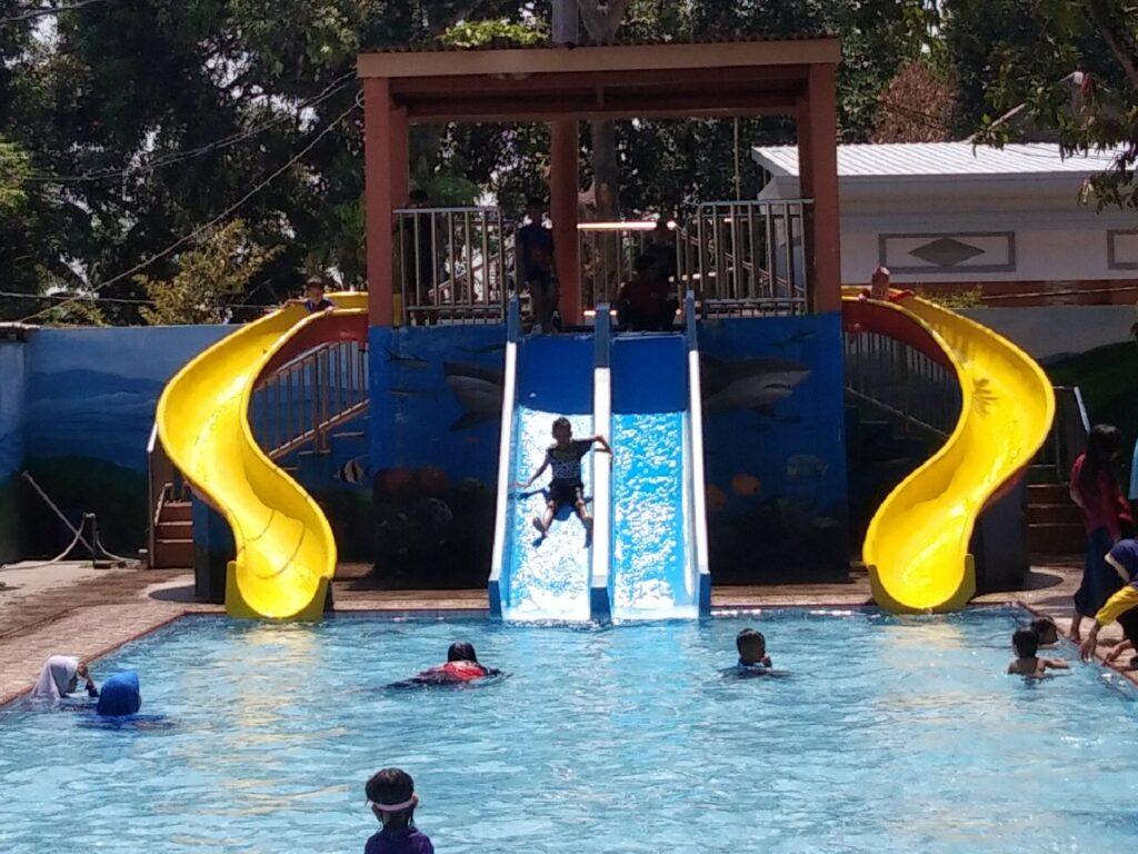 Kolam anak dengan seluncur air