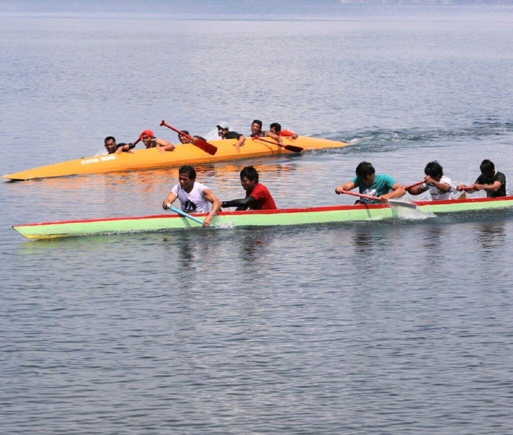 Lomba perahu dayung terbalik di Pantai Ide Festival Danau Matano