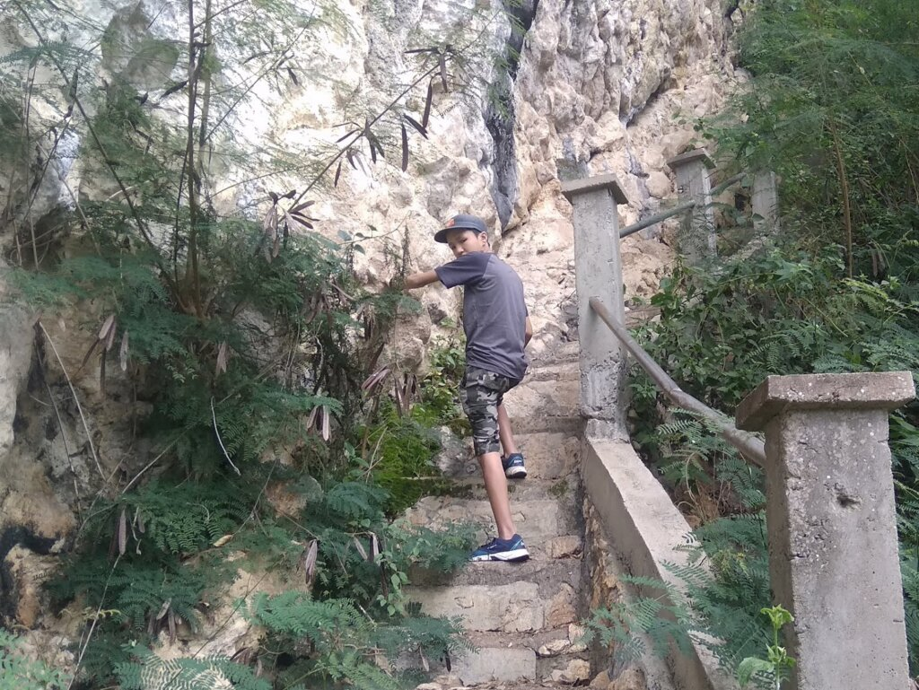 Menaiki anak tangga wisata Suaya Toraja Sulawesi Selatan - John Stefanus Chandra