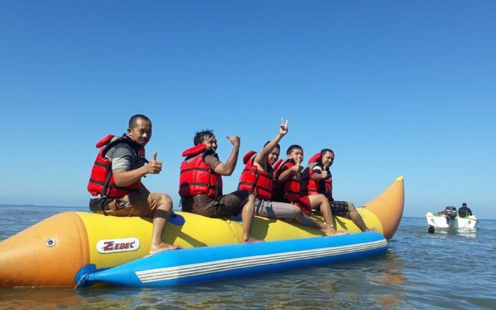 Mencoba memacu adrenalin dengan wahana Banana Boat di Pantai Galesong Takalar Sulawesi Selatan - Aisyah Wisata