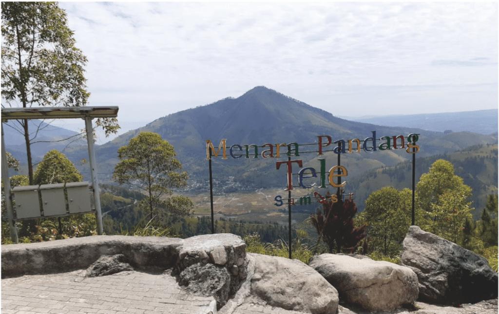 Menikmati Pemandangan Samosir dari Menara Pandang Tele