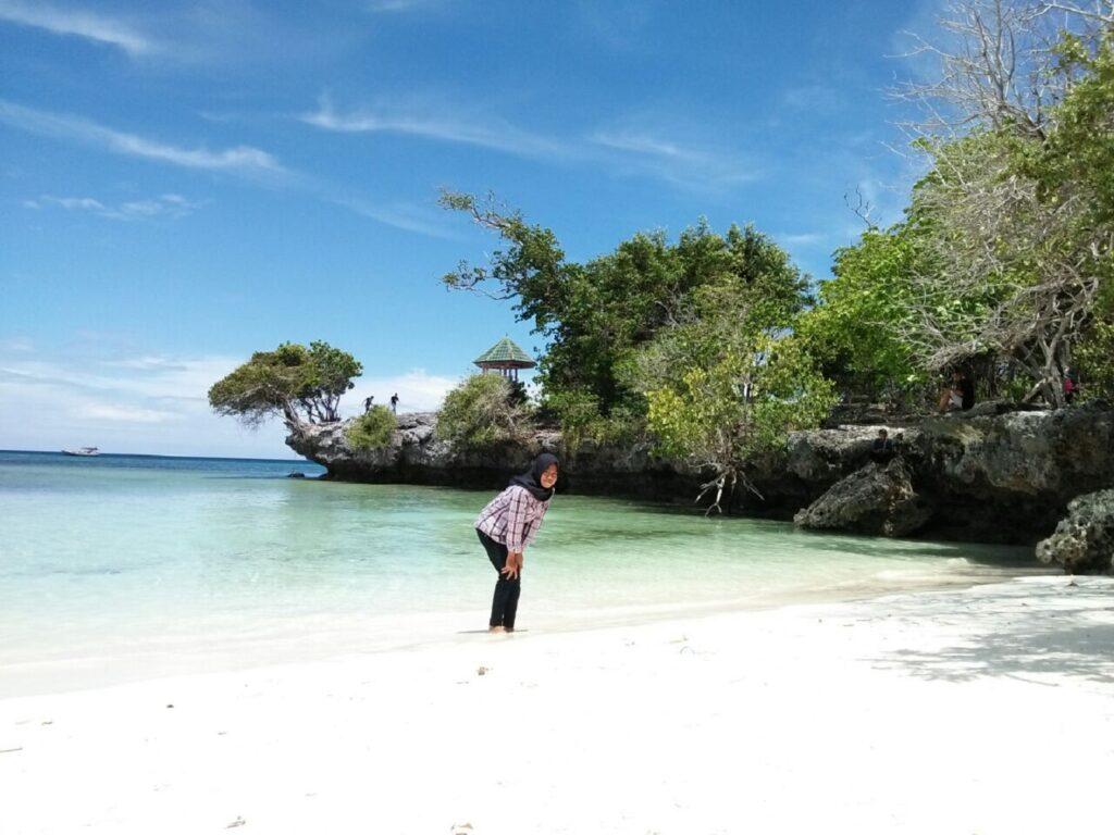 Menikmati hamparan pasir putih di Pantai Pa'badilang Pulau Selayar Kepulauan Selayar Sulawesi Selatan - desma wati