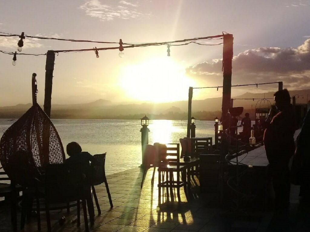 sunset di tepi pantai seruni