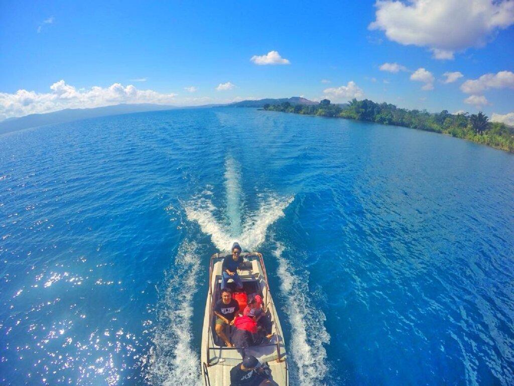 menyusuri danau dengan perahu