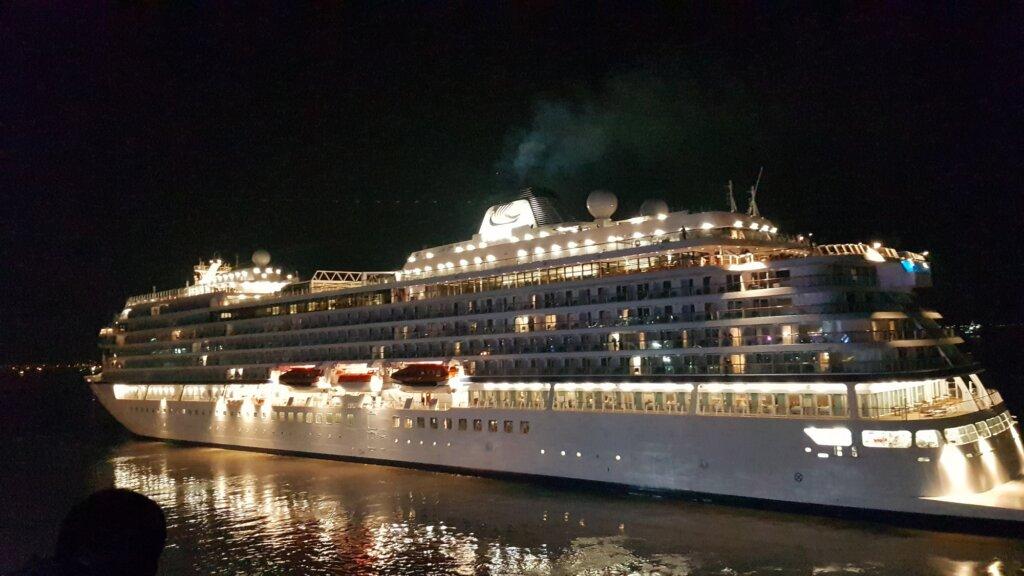 Mewahnya Kapal Pesiar yang Bersandar di Surabaya North Quay