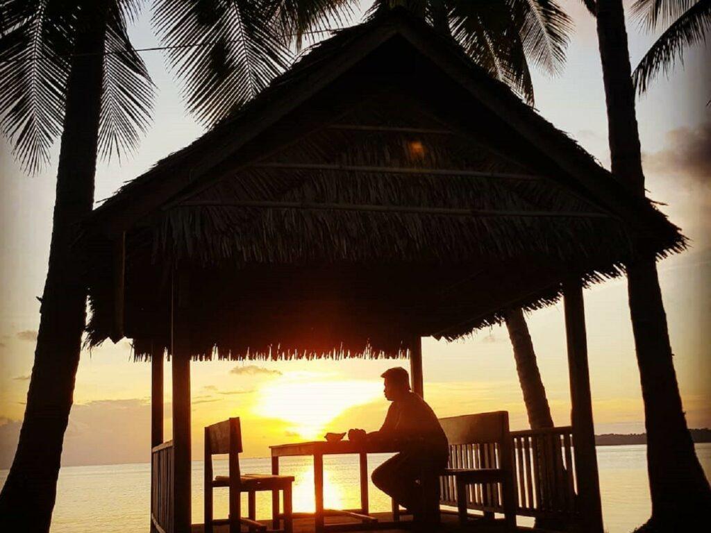 Momen senja di Pantai Sunari
