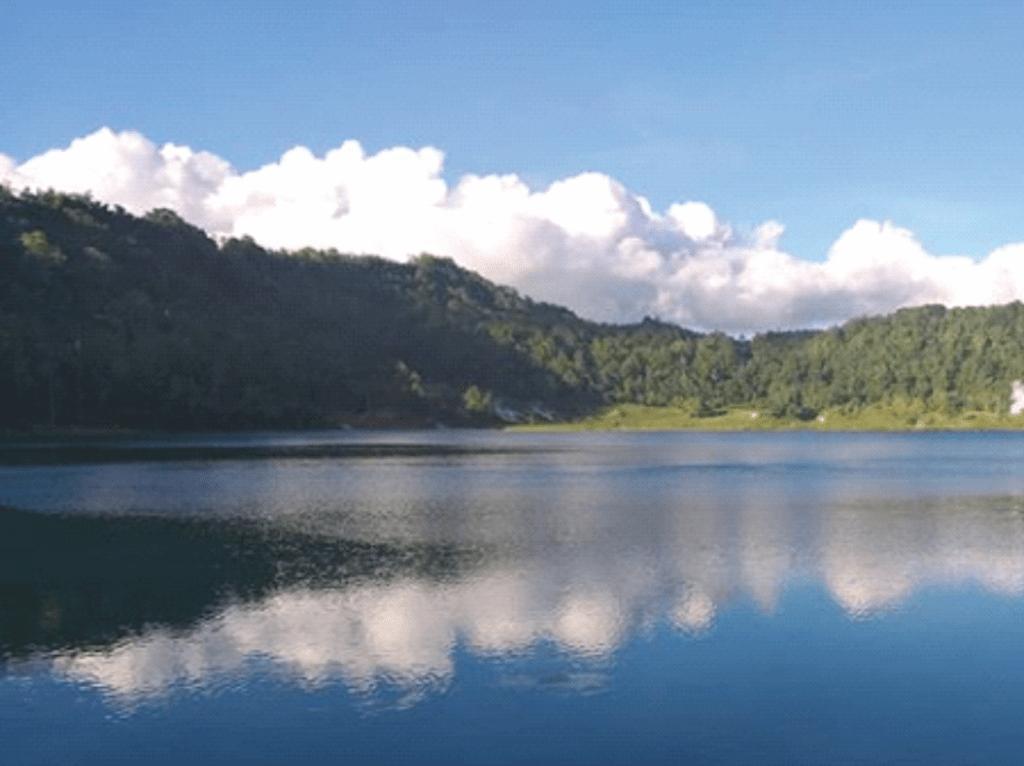 Pemandangan perbukitan di sekitar danau