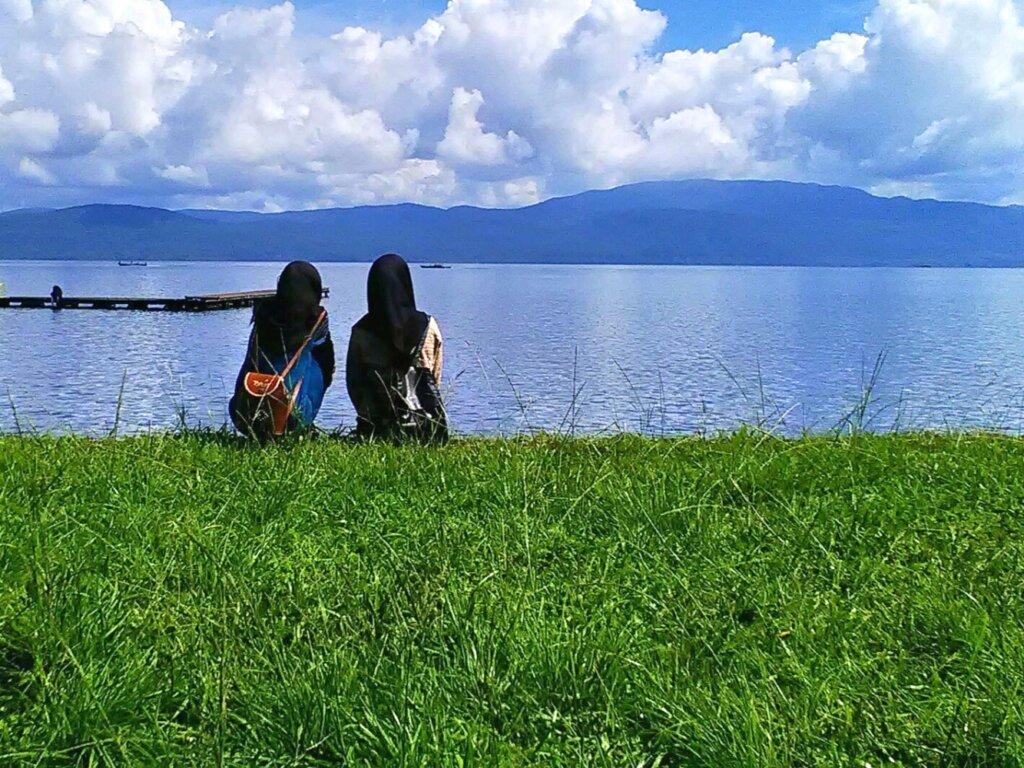 Panorama danau matano dikelilingi area perbukitan