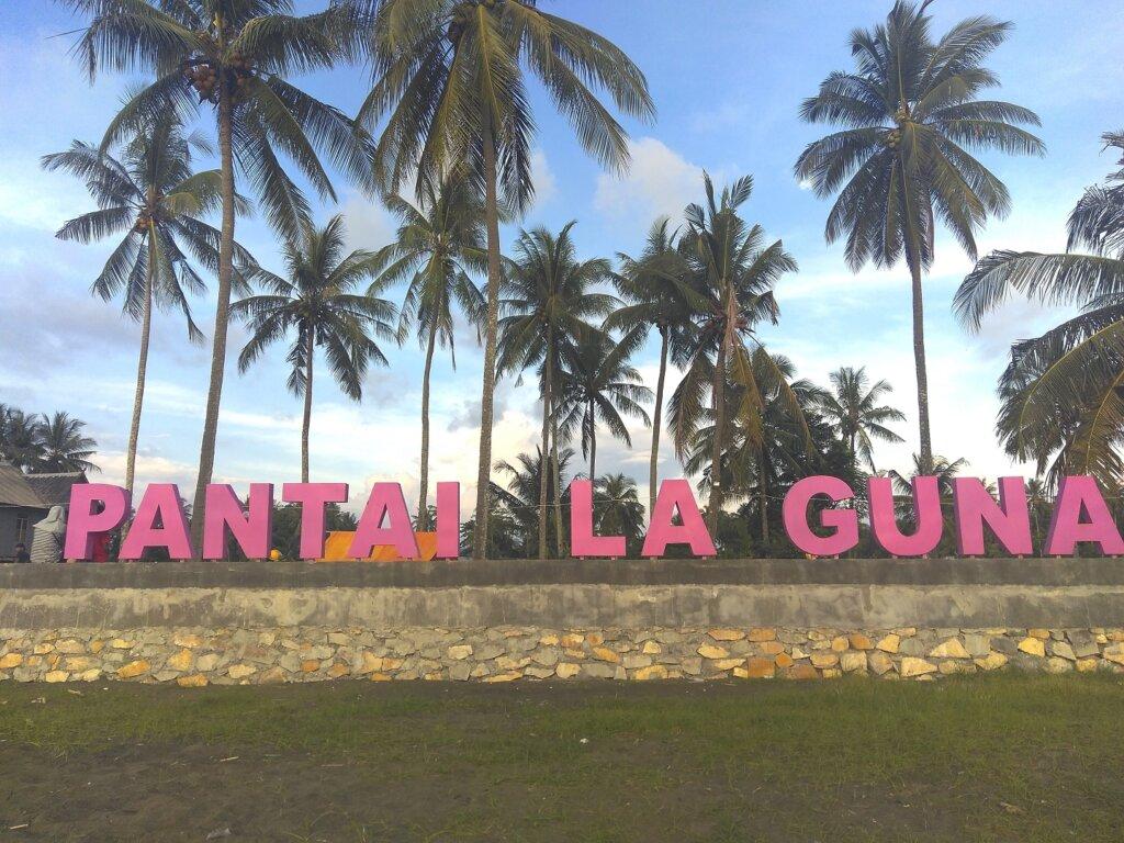 Pantai Laguna Barru dengan pepohonan kelapa