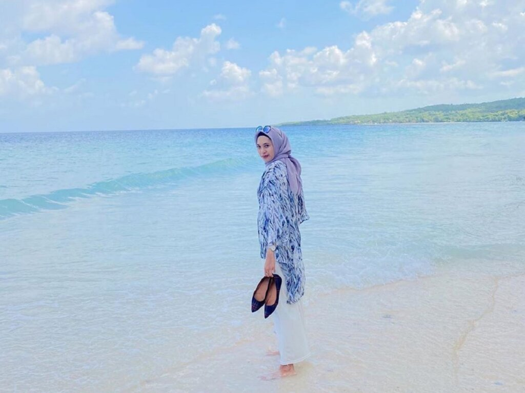Pasir putih nan halus di tepi pantai