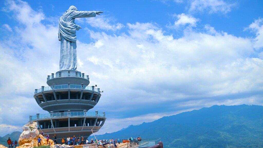 Patung Yesus Memberkati tana toraja