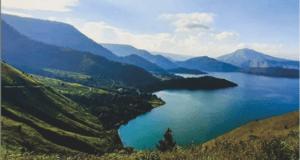Pemandangan Danau Toba dari Atas Bukit Holbung