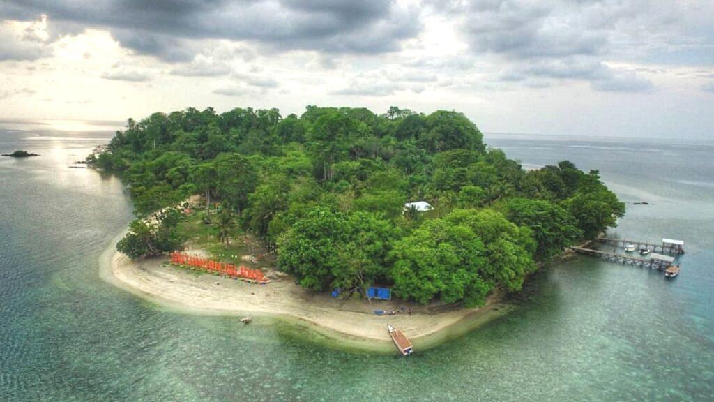 Pulau Dutungan Barru Sulawesi Selatan dilihat dari kejauhan - pariwisata_barru