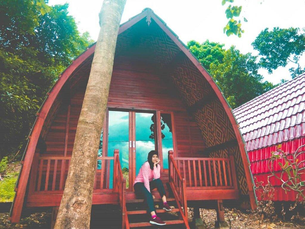 wisatawan bisa menginap di pulau dengan menyewa kamar-kamar resort