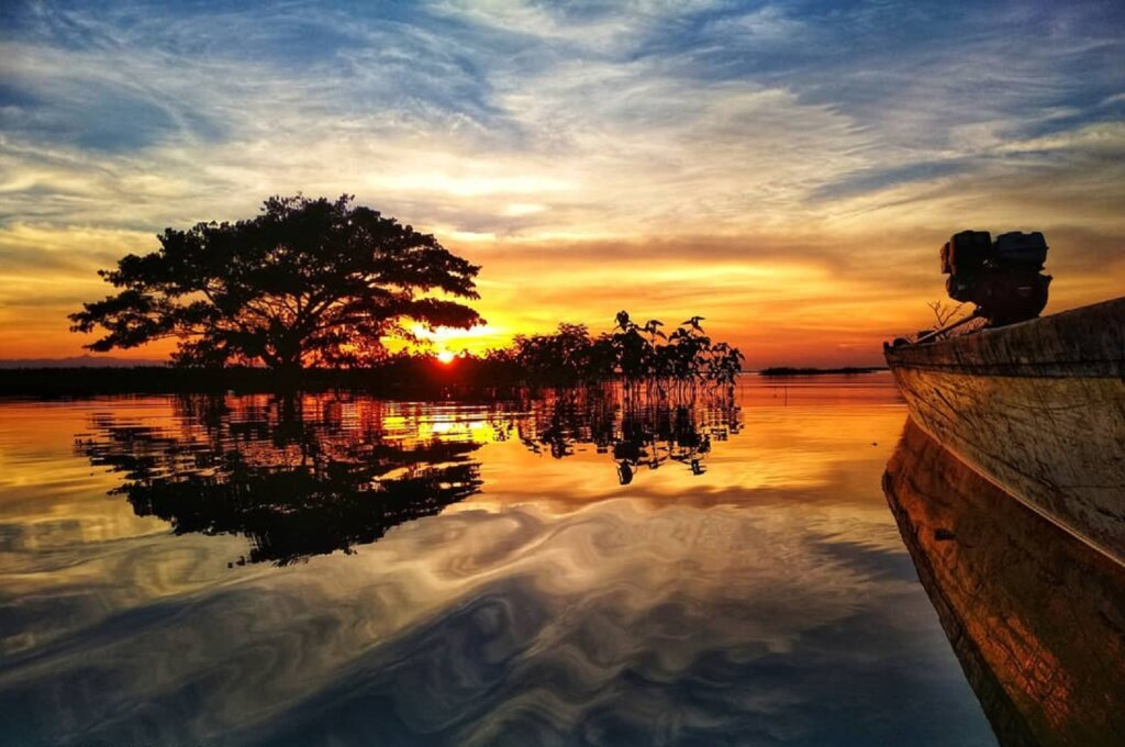 Senja golden hour dari tepi danau