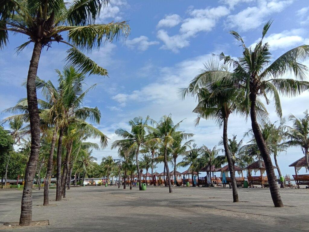 Taman bergaya mediterania di Pantai Akarena Makassar