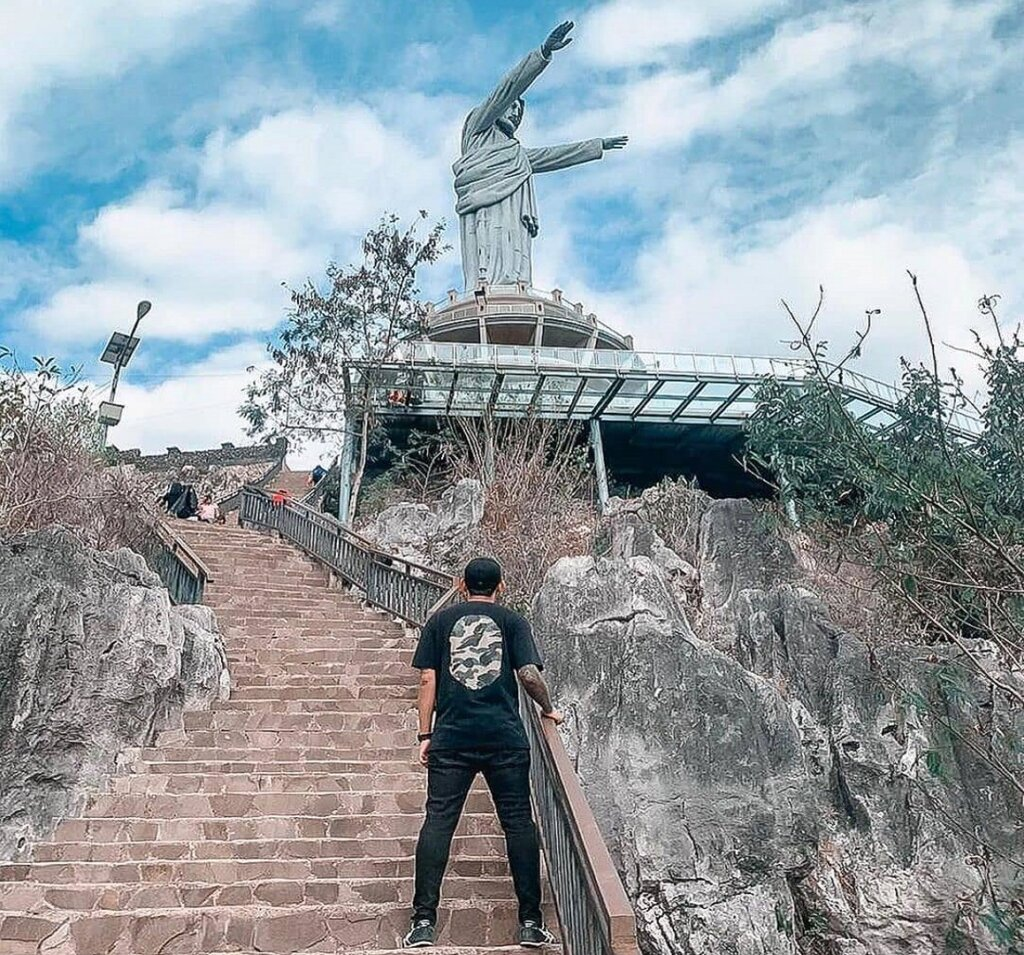 ratusan anak tangga akan mengantarkan wisatawan menuju patung