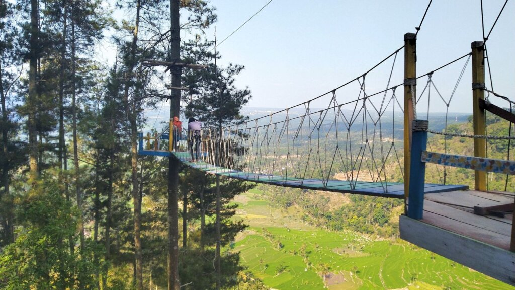 wahana jembatan gantung dari tali